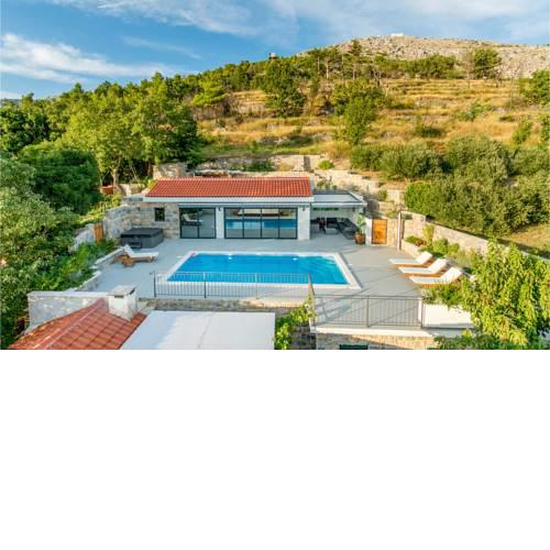 Amazing home in Donje Sitno w/ Outdoor swimming pool, Jacuzzi and 4 Bedrooms