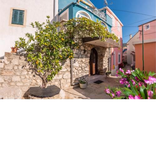 Beautiful home in Miholascica w/ Jacuzzi and 3 Bedrooms