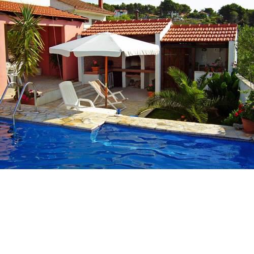 Family friendly apartments with a swimming pool Maslinica, Solta - 5180