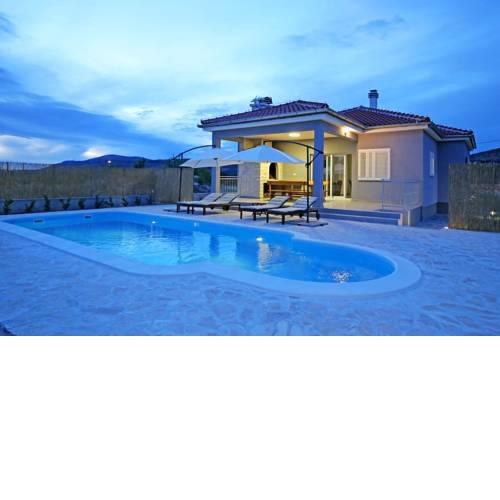 Modern Guest House Rak with beautiful pool