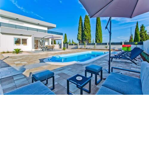 Nice home in Bogomolje w/ Outdoor swimming pool, WiFi and 3 Bedrooms