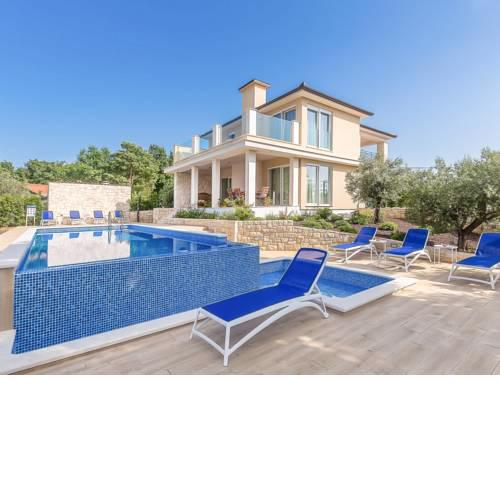 Ostrobradic Villa Sleeps 8 with Pool Air Con and WiFi