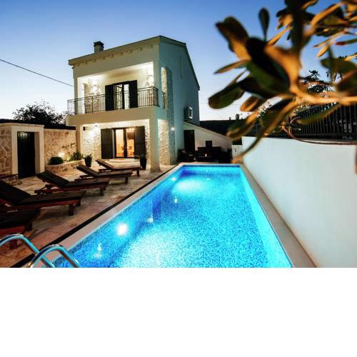 Stunning Villa with Swimming Pool in Vinjerac