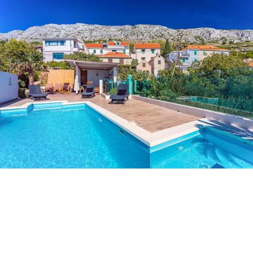 Tice Villa Sleeps 8 with Pool Air Con and WiFi
